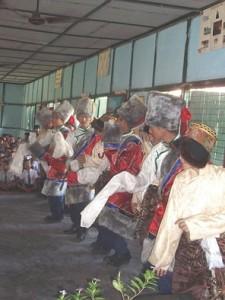 Danse folklorique par des jeunes gens